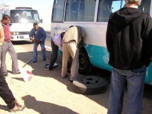 Pinchazo autobus en el desierto de Egipto